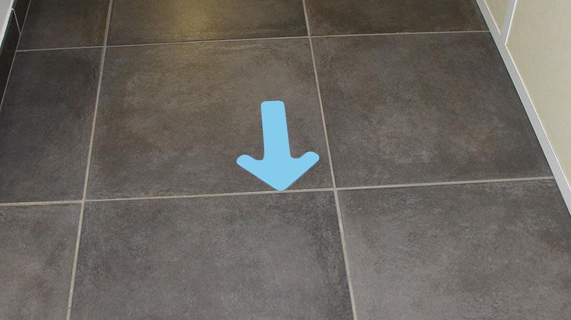 Flèche sous forme d'adhésif pour le marquage au sol